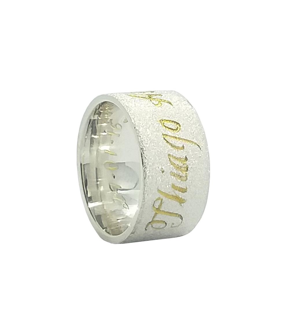 imagem Aliança de compromisso em Prata fosca diamantada com escrita externa com banho de ouro 18k.
